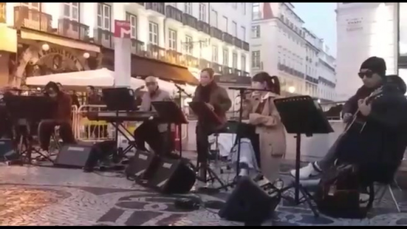 180119 Suhyun, Henry, Lena Park busking in Lisbon