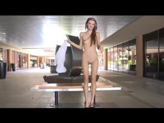 девушка голая в торговом центре, публичная обнаженная нагота, Стриптиз по городу, секс эротика гифки sex Голые
