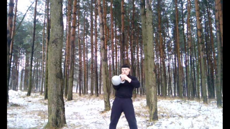 Попеременный толчок гири 32 кг по длинному циклу (заброс двумя руками) 113 раз в лесу
