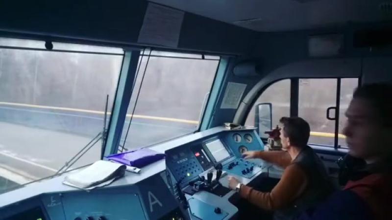 Ролик из кабины машиниста ВЛ11м6-494 Машинист 2-го класса Новаковский О.Н. производит разгон грузового поезда.
