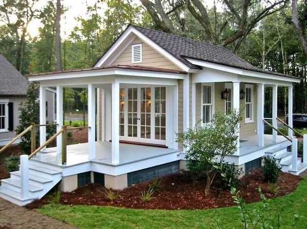 Красивый домик с террасой.