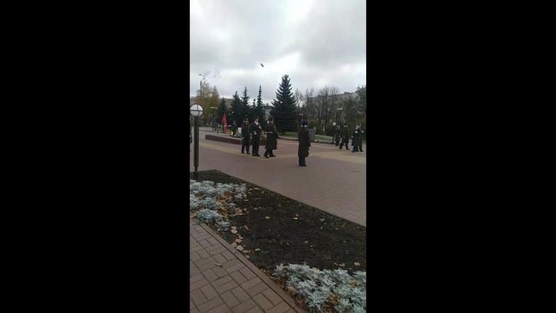 Смена караула на площади Победы в Калуге.