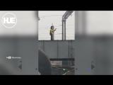 Мужчина с гитарой прокатился на роликах над каналом в Питере