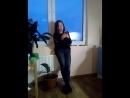 Аня поёт.