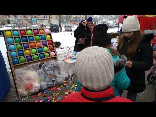 Дартс с воздушными шарами на масленице в г. Пинске, ДК Трикотажник