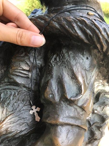 Кто-то крестик потерял возле бронзовой барышни с котом на Кропоткинско