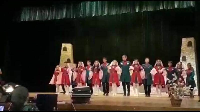 Удж хеш, на сцене средняя танцевальная группа Горяночка.. Алтуд
