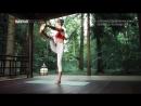 Скрученная поза вытяжения прямой ноги вперед Паривритта уттхита хаста падангуштхасана