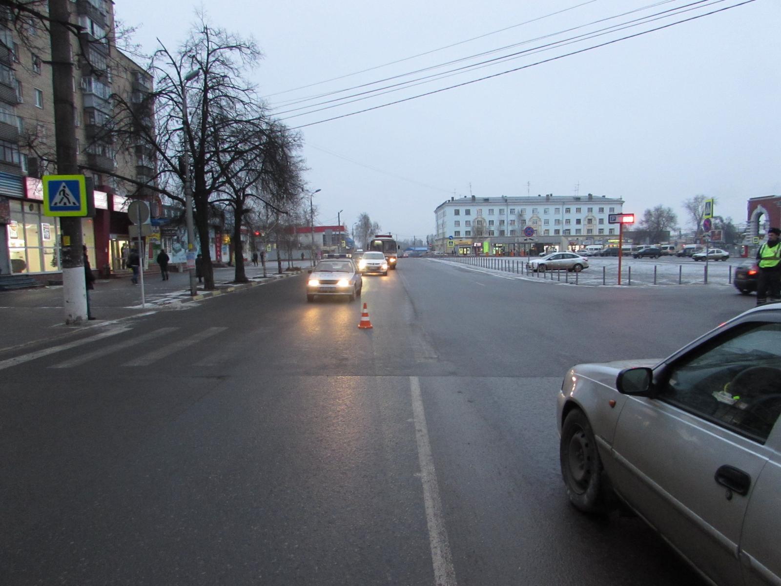 ВКурске ищут водителя, сбившего втемноте 59-летнего пешехода напереходе