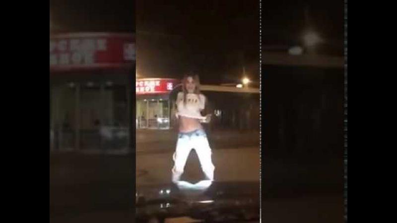 Танец девочки на улице под Каспийский груз 'Ты мой обнаженный кайф'