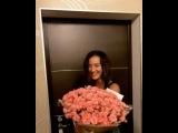 Очаровательная Ольга Бузова похвасталась шикарным букетом роз от тайного поклонника