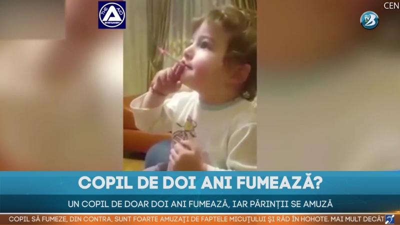 Un copil de doar doi ani fumează, iar părinții se amuză