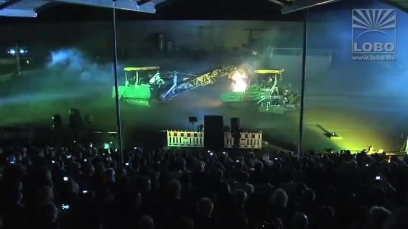 Лазерное шоу Парад инноваций Группы Wirtgen с асфальтоукладчиками, дорожно-фрезерными машинами, катками и дробилками