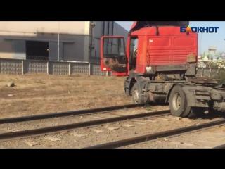 Фура перегородила трамвайные пути в Волжском
