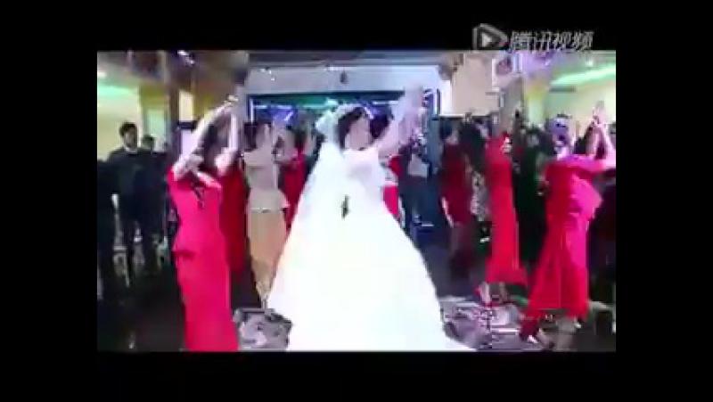уйгурская свадьба клип прикол классно невеста зажигает)) Ассалом помогите ПЖ🙏 найти 2ую песню этого👇 видео оставьте его в комент