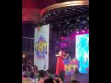 Мария Кохно играет на скрипке на вечеринке в честь друзей телеканала ТНТ