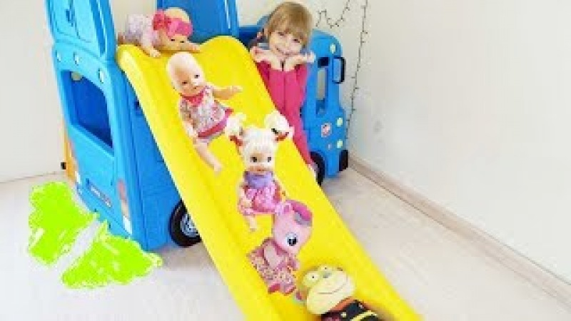Slide Toy Wheels On The Bus. Playing with Baby Dolls and Tayo Bus. Лина и куклы катаются с горки