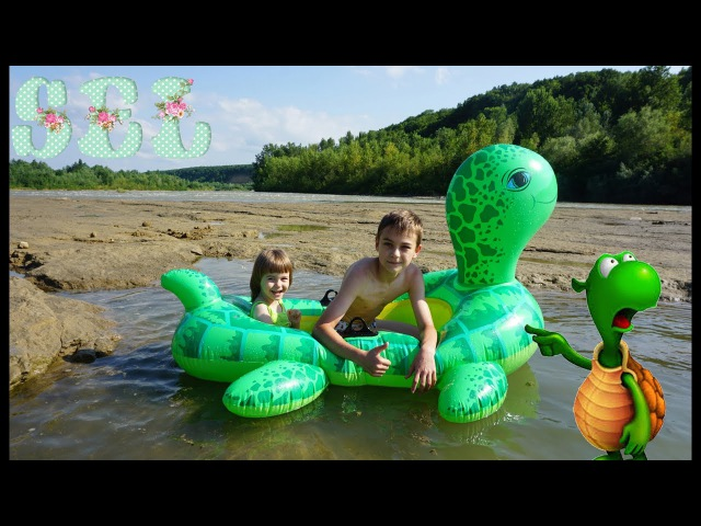 ОГРОМНАЯ НАДУВНАЯ ЧЕРЕПАХА СЮРПРИЗ для Софи Swim on a giant tortoise
