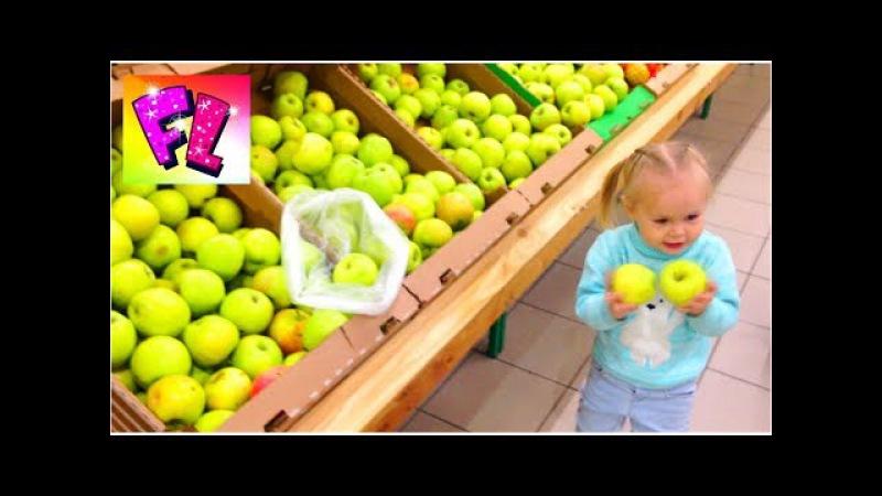 Лера как взрослая Покупки в гипермаркете. Funny baby in the hypermarket