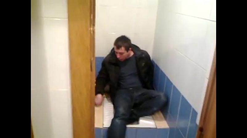 Глаза отодрали пьяную в туалете