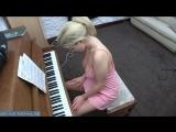 Зрелая женщина играет на пианино сверкая дойками [milf, mature, милф, мамки]