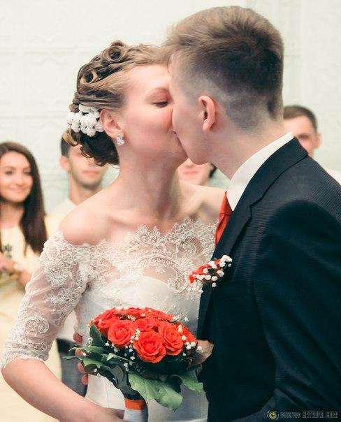 Когда целовались в кафе под счёт, Димина Бабушка уже на 30 счёте громко сказала: «Он её съест!»