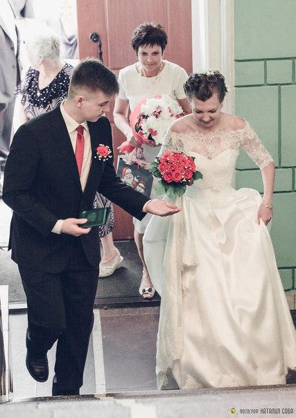 Для церемонии нужно забраться по длинной лестнице, подождав в небольшой очереди.  Дима не знает, что делать с невестой. Вроде ничего у неё не отберёшь, а подставить руку для помощи надо.