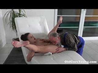 Счастливый старик трахает телку трахнул выебал секс порно в школе кончил минет анал ебутся трахаются кончил