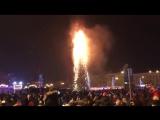 Елка сгорела в Южно-Сахалинске в новогоднюю ночь ( 480 X 848 ).mp4