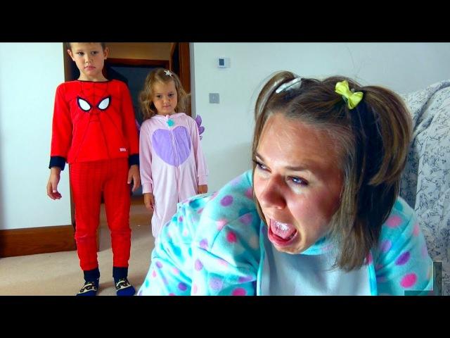 Bad Baby Freak Mummy Мама сошла с ума Крадет конфеты и жвачки Родители стали детьми Kid's pranks