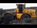 К-700, К-701 наматывает бездорожье на колеса! Иногда тянет он, а иногда тянут его! Под...