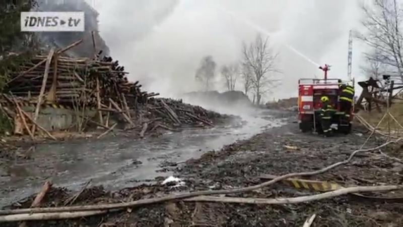 Склад щепы для ДСП в чешском Цереке горит более недели. Компания Kronospan покидает город