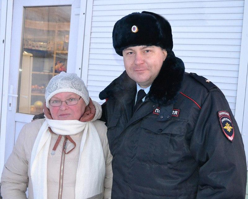 M3xi31srgWE - В Белово сотрудник полиции предотвратил крупный пожар Горящий торговый павильон