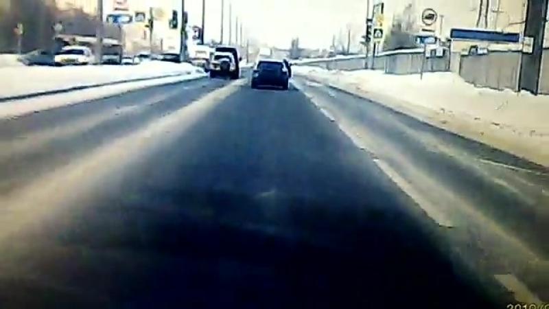 19.02.2018 на Северном пр. девушка двигаясь на синей иномарке сбила бабушку на пешеходном переходе.