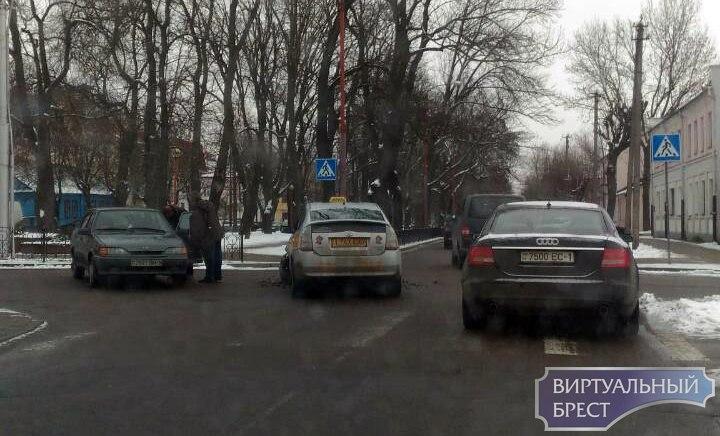 На ул. К.Маркса - Гоголя в Бресте ДТП с участием такси