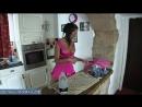 Видео Красивая загорелая мама с упругими сиськами гладит белье своей взрослой дочери