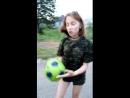 девушка пытается забить гол