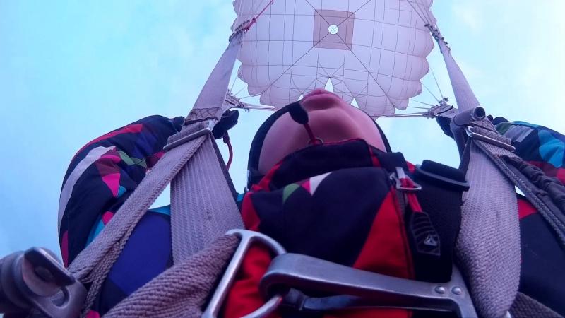 Первый прыжок с парашютом. Саня жгет