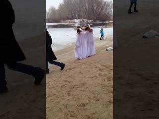Голые девушки купаются в проруби )))