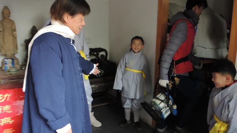 Шаолинь, я приехал! Телешоу. Звезда гонконгского кино Liang XiaoLong дает наставления маленьким участникам нашей команды.