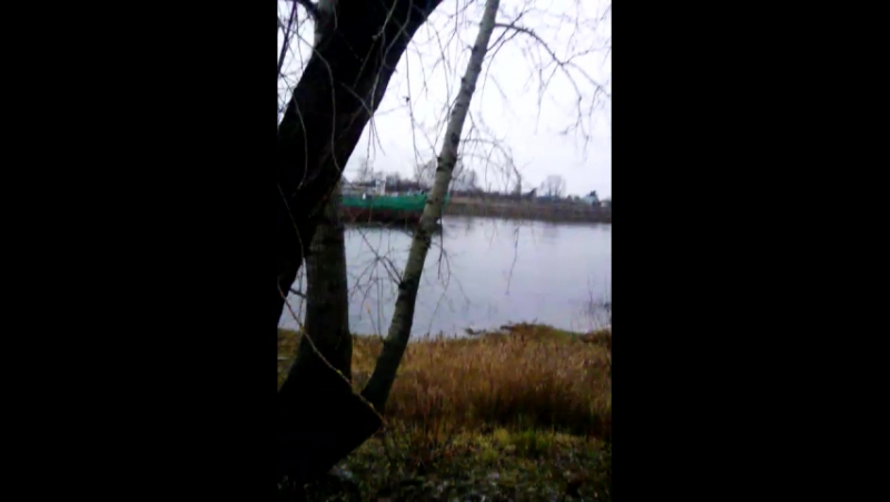 танкер подталкивают на косяки