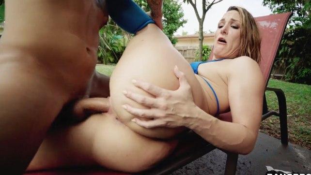 Жарит в парке бабу с хорошей задницей.