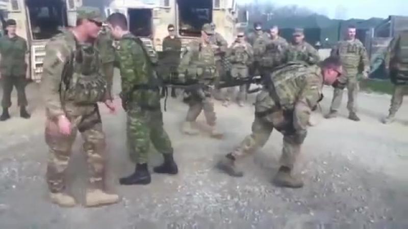 Поединок между американским и российским солдатом