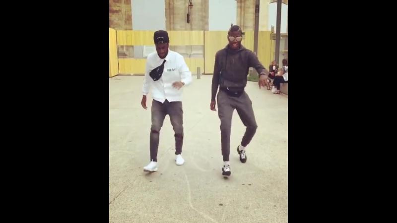 Погба и Матьюди танцует под песней