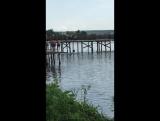Парень чуть не умер прыгнув с моста на спину