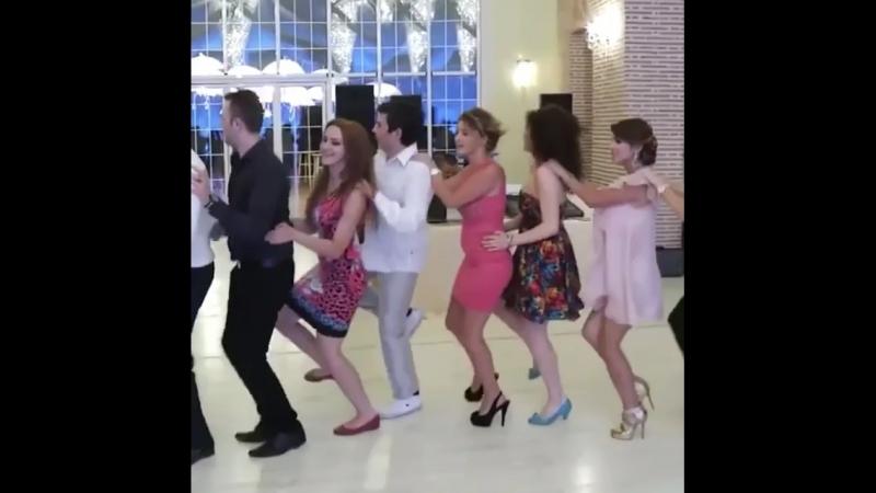 Весело танцую. На позитиве☺️😊😊👍🏻невеста