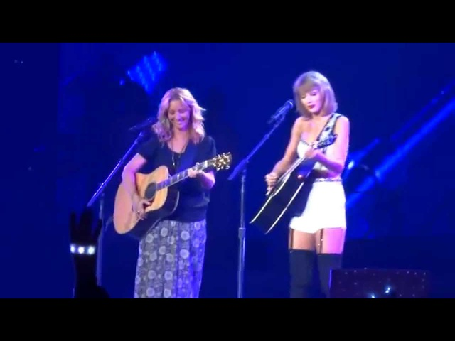 Taylor Swift and Phoebe Buffay Lisa Kudrow Sing 'Smelly Cat' Live at Staples Center 8 26 15