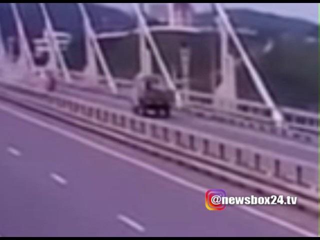 Вчерашнее крушение мотоциклиста на Русском мосту попало на видео