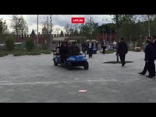 Путин за рулем электрокара на День города