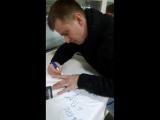 Роман Курцын подписывает подарки для участниц конкурса